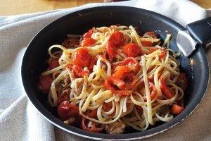 Linguine piccanti con tonno, peperoni, pomodorini e cipolla rossa