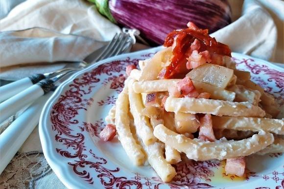 Cataneselle con crema di malanzane, pancetta e pomodori secchi