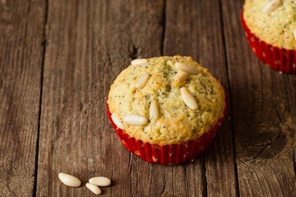 Muffin al cocco, pinoli e semi di papavero