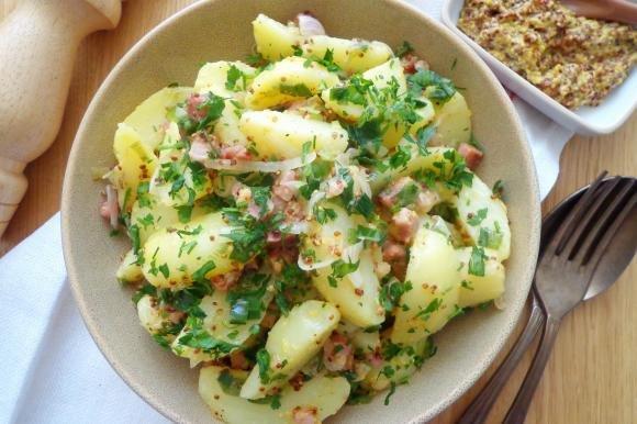Insalata di patate con pancetta e salsa di senape