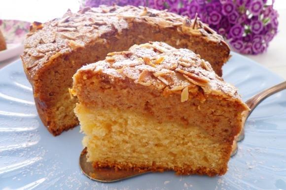Torta con amaretti e crema di ricotta e mandorle