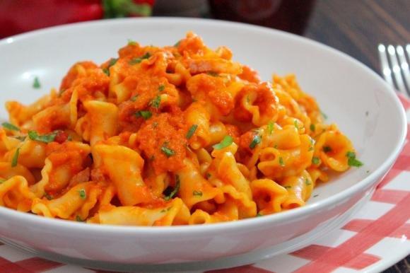 Gigli toscani con crema di peperone, pomodori secchi e pancetta