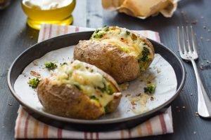 Jacket potatoes piccanti con pecorino e broccoli