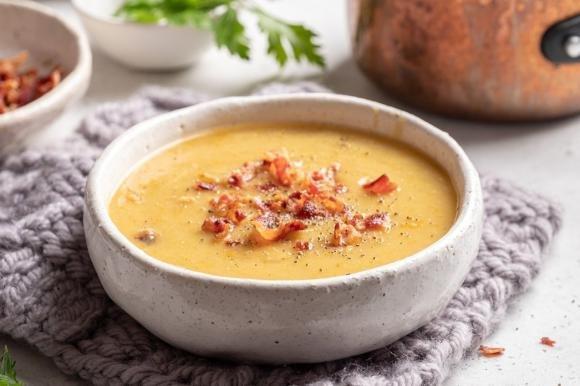 Zuppa di cipolle e patate con bacon croccante