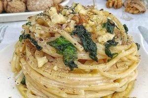 Spaghetti quadrati con robiola, spinaci e noci