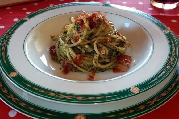 Spaghetti con salsa di spinaci e bocconcini di prosciutto crudo