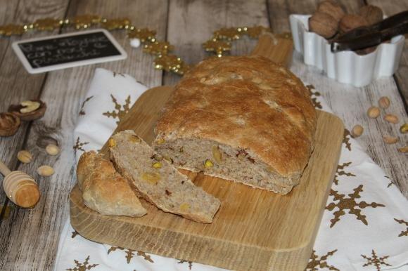 Pane integrale con noci e pistacchio