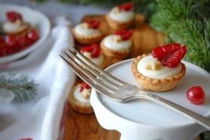 Tartellette al gorgonzola con frutti rossi