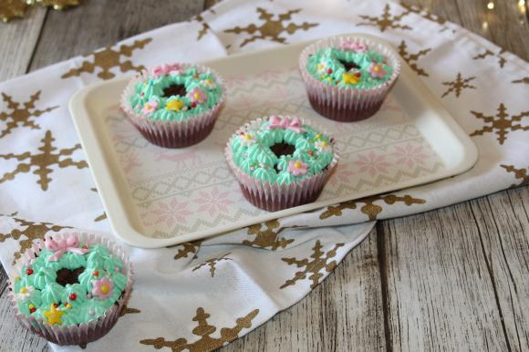 Muffin al cioccolato con ghirlanda natalizia
