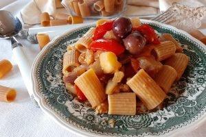 Mezzi rigatoni integrali con melanzane, pomodorini e olive nere
