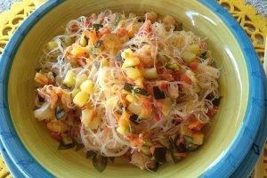 Spaghetti di riso con gamberetti e zucchine