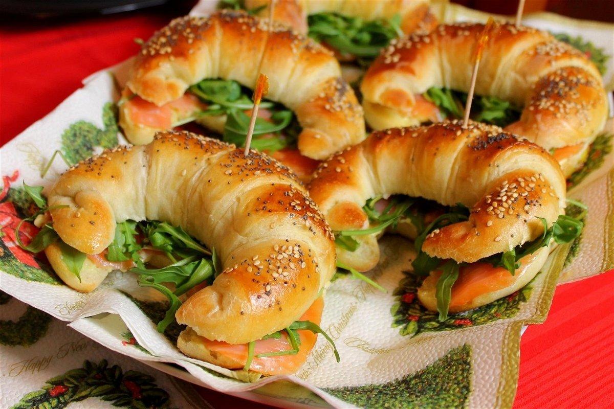Cornetti salati con salmone affumicato, rucola e maionese
