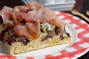 Pizza senza lievitazione con radicchio, speck e gorgonzola dolce