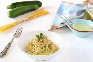 Spaghetti con pesto di zucchine e tonno