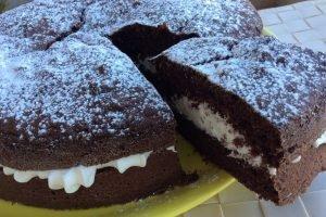 Torta della suocera al cioccolato con panna e latte condensato