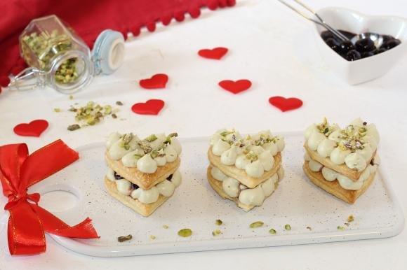 Millefoglie monoporzione con crema al pistacchio e amarene