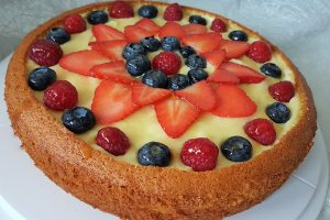 Torta allo yogurt con marmellata di lamponi, crema e frutta