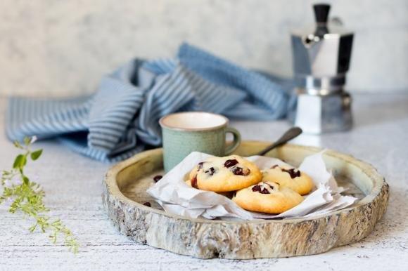 Biscotti con farina di riso, cioccolato bianco e frutti rossi