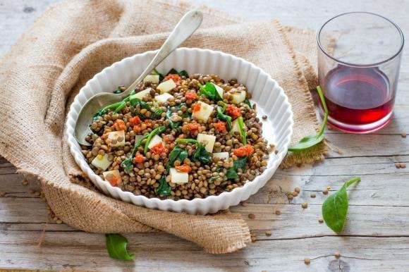 Insalata di lenticchie, spinaci e pecorino