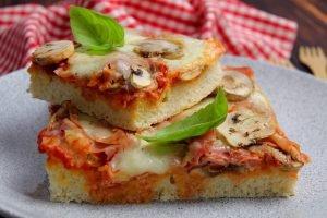 Pizza senza lievitazione con prosciutto cotto e funghi