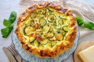 Torta salata con zucchine, piselli e feta
