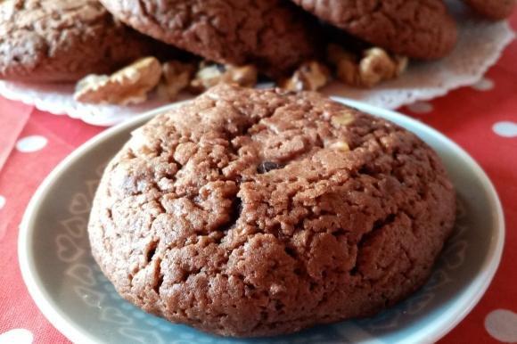 Biscotti al bicchiere con noci e cioccolato