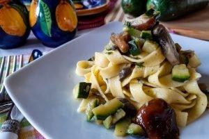Fettuccine all'uovo con zucchine e funghi misti
