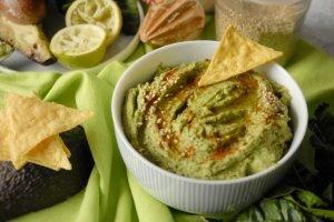 Hummus di ceci con avocado e spinaci