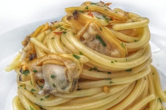 Spaghetti con le vongole risottati con fumetto di spigola