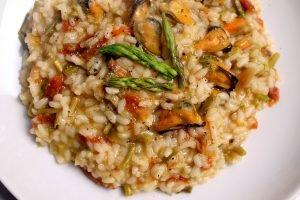 Risotto con asparagi selvatici, cozze e pomodori secchi