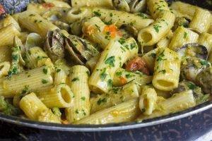 Maccheroni con pomodorini, vongole e crema di asparagi