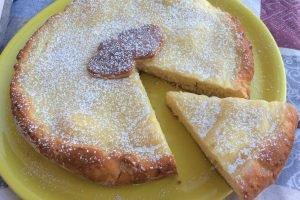 Crostata morbida con crema pasticcera e frolla allo yogurt