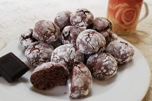 Biscotti morbidi al cacao e scaglie di cioccolato fondente