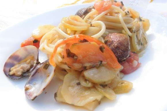 Spaghetti vongole e zucchine su crema di cipollotti