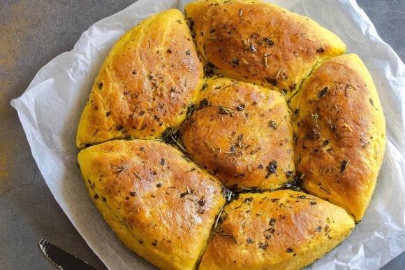 Pane di patate alla curcuma ed erbe