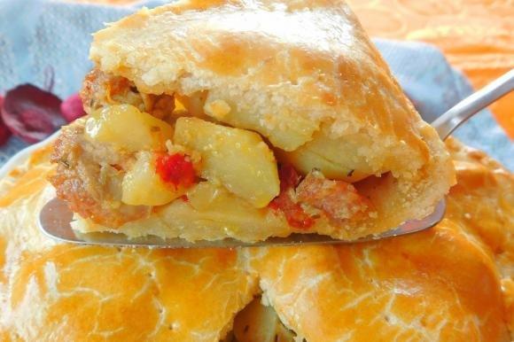 Panada sarda con cipolle, patate, salsiccia e peperoni