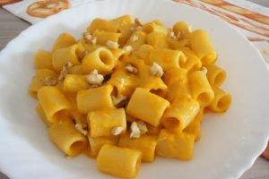 Mezze maniche con crema di peperoni, pomodorini e noci