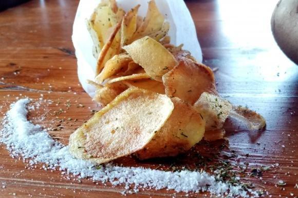 Chips di patate con erba cipollina