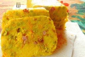 Polenta con pancetta, carote, piselli e curcuma