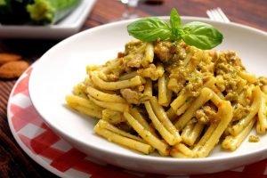 Casarecce con pesto di zucchine, pomodori secchi e salsiccia