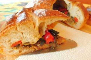 Torta rustica con olive, peperoni e carne di vitello