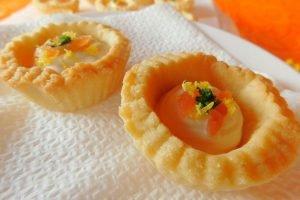 Tartellette con robiola, salmone e polvere di limone