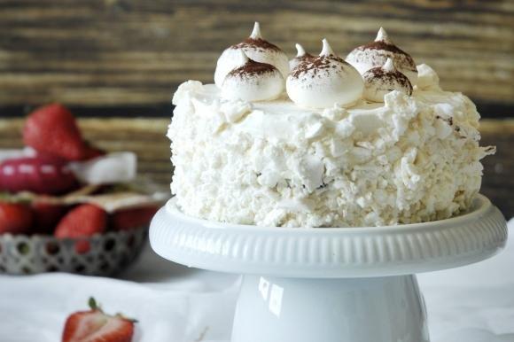 Torta meringata con cacao e frutti di bosco