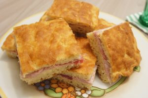 Focaccia farcita con prosciutto cotto, salame e maionese