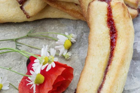 Biscotti di primavera con fragole e confettura di ciliegie