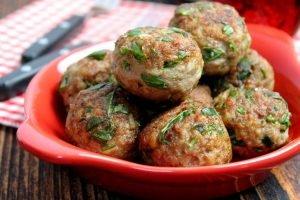 Polpette di carne con cipolla e rucola