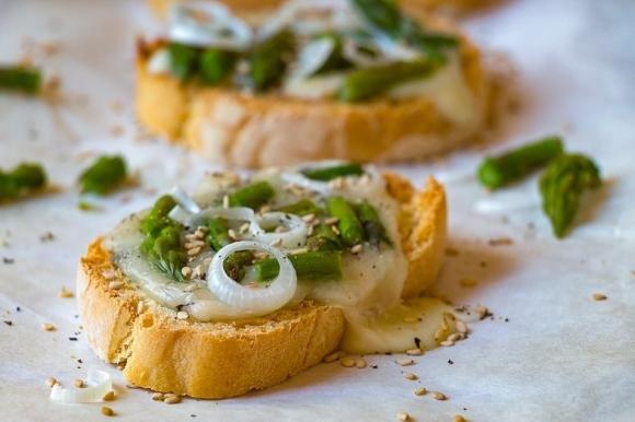 Crostoni con asparagi, brie e semi di sesamo