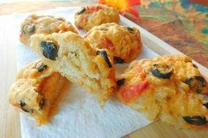 Panini soffici con cipolle, pomodorini e olive