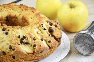 Ciambellone alle mele con gocce di cioccolato e nocciole