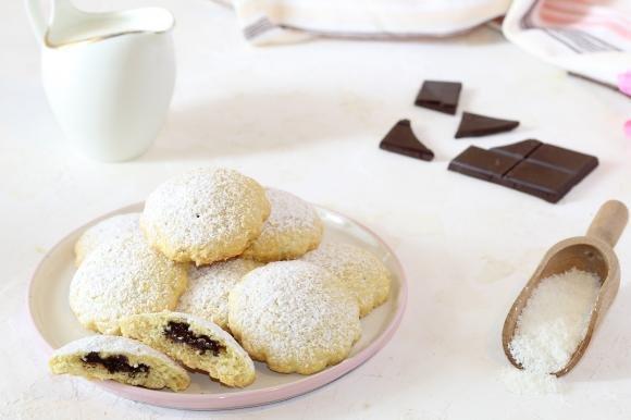 Biscotti al cocco con cuore di cioccolato fondente